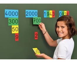 Betzold Stellenwertkarten im Sortierkasten, magnetisch u.a. für die Tafel, Magnetkarten, Stellenwertsystem, Zahlen von 0-9999 darstellbar, Zahlen rechnen lernen Mathematik-Unterricht Schule Kinder -