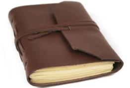 Indra Braun Handgemachtes Notizbuch aus Leder, Seiten aus 100% Baumwolle, inklusive Geschenktasche a (9cm x 13cm) ArtNr 05360 -