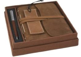 Indra Handgemachtes Notizbuch aus rustikalem Leder, mit Geschenkbox inklusive Lesezeichen und Stift (17cm x 17cm) -